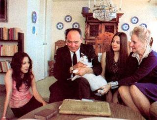 """A la izquierda de la foto está su esposa Ana y su hija Verónica al lado. Su otra hija Brígida y el gato de la familia """"Bubles"""""""